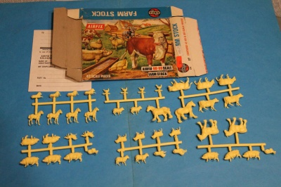 AIRFIX - S4-89 - Farm Stock - BLUE-BOX ON SPRUES